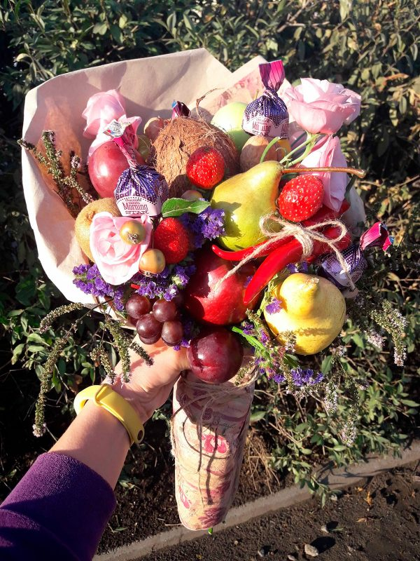 Фруктовый букет из клубники и винограда