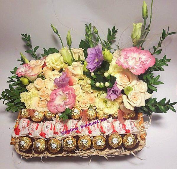 конфеты и цветы в корзине