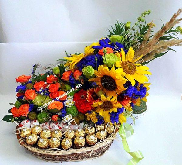 в корзине цветы+конфеты