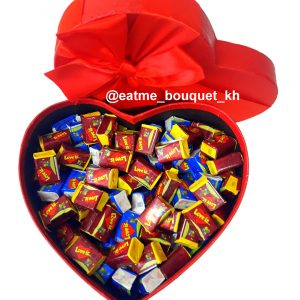 Валентинка из жвачек «LOVE IS»