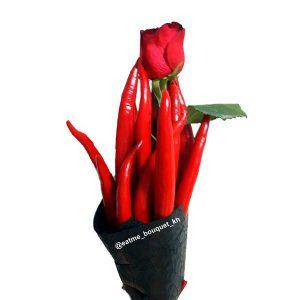 Букет-комплимент из розы и перца