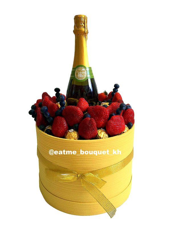 Букет с клубникой и шампанским