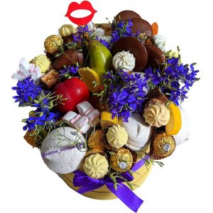 Букет из сладостей и цветов