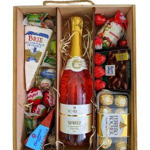 Подарочный ящик с конфетами и сыром
