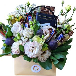 Сладкий букет с цветами для девушки