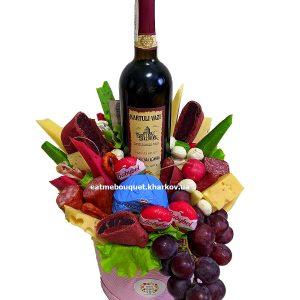 Букет с вином и сыром в шляпной коробке