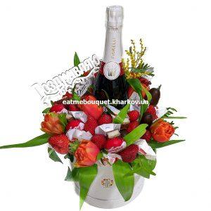 Букет с тюльпанами и клубникой