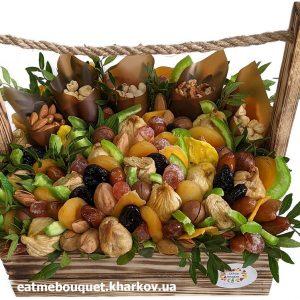 Деревянный ящик с сухофруктами