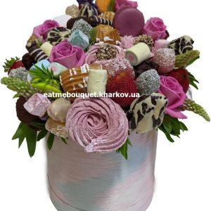 Букет из эклеров и цветов